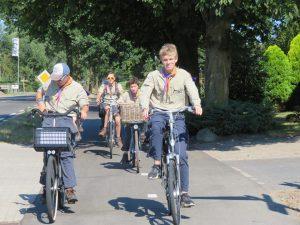 Zomerkamp verkenners fietsen naar kamp
