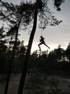Zomerkamp verkenners trappershike abseilen