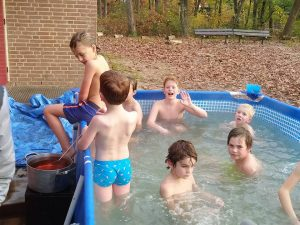 Welpen Impeesa in hot tub